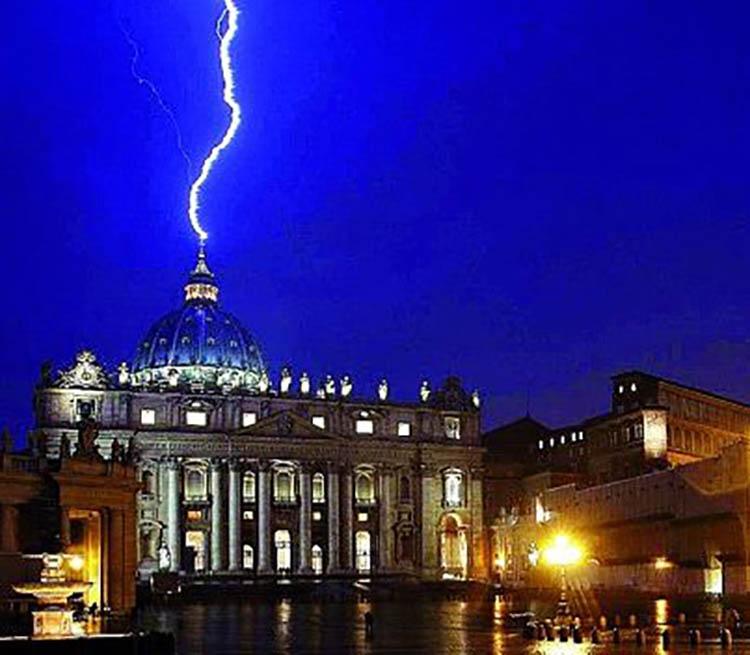 Rayo-en-el-Vaticano