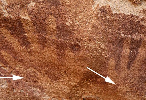 Huellas Inusualmente pequeñas de pequeñas manos dentro de la mano humanas que anteriormente eran consideradas manos de bebés pero cuyo origen ha sido descartado como humano, Foto Cortesía de: Emmanuelle Honoré